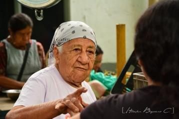Doña María lleva más de 30 años como vendedora en su puesto de verduras.
